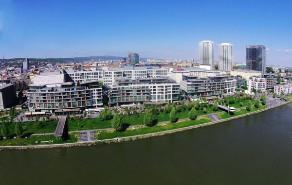 Wunderschöne Luftaufnahme des Einkaufszentrums Eurokea in Bratislava